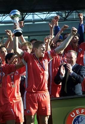 10. Mai 2002, Kopenhagen. Die Schweiz wird mit Captain Philippe Senderos U17-Europameister. «Das war ein sehr spezieller Moment. Der erste Titel überhaupt für eine Schweizer Auswahl. Ich durfte schon ein Jahr zuvor mit der U17 an die EM. Doch da war vieles schief gelaufen. Nach drei Gruppenspielen waren wir draussen. In diesem Moment habe ich mir geschworen: Ein Jahr später komme ich mit meinem Jahrgang wieder und wir räumen alle aus dem Weg. Wir hatten 2002 eine wirklich spezielle Mannschaft. Keine Sorgen, keine Probleme, keine Angst. Einen solchen Groove habe ich nie mehr erlebt in einem Team.»