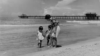 Eine Mutter am Strand: Elena Ferrante inszeniert das Mutterdasein als Kampf widerstrebender Kräfte.