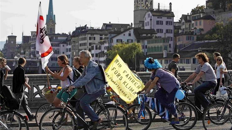 In Zürich wird der Veloweg ausgebaut. Grüne fordern: Im Zweifel für Fahrräder statt Autoparkplätze an der Strasse. KEY