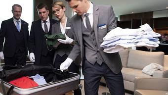 Auch den Koffer auspacken gehört zum Aufgabenbereich eines Butlers.