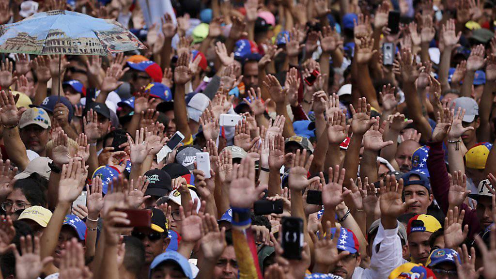 Massenproteste in Venezuela. Landesweit sind zehntausende Gegner und Anhänger des sozialistischen Präsidenten Nicolás Maduro auf die Strasse gegangen.