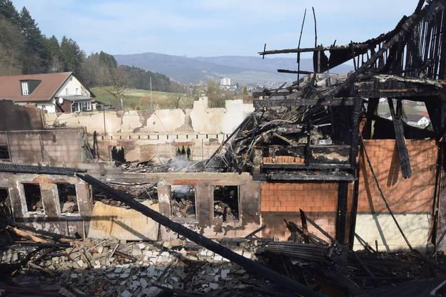 Ein Tag nach dem Grossbrand bietet sich ein Bild der Zerstörung