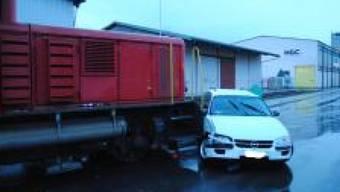 In Schaffhausen sind am Dienstagabend ein Auto und eine Rangierlokomotive zusammengestossen. Der Unfall verlief glimpflich. Es gab keine Verletzten. (Bild: Schaffhauser Polizei)