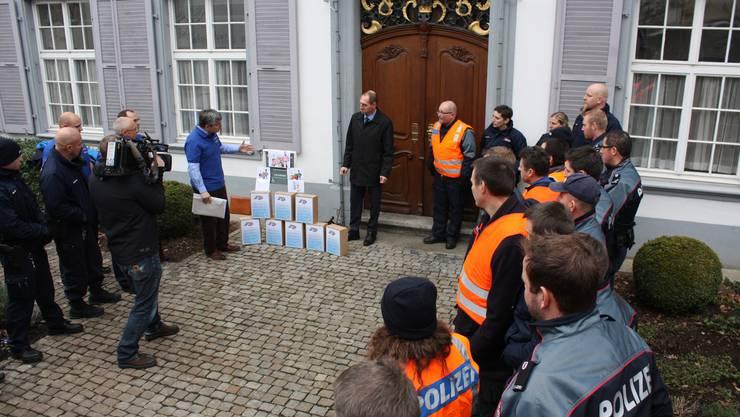 Knapp 50 Baselbieter Polizisten übergaben die Petition am Dienstag dem Landschreiber.
