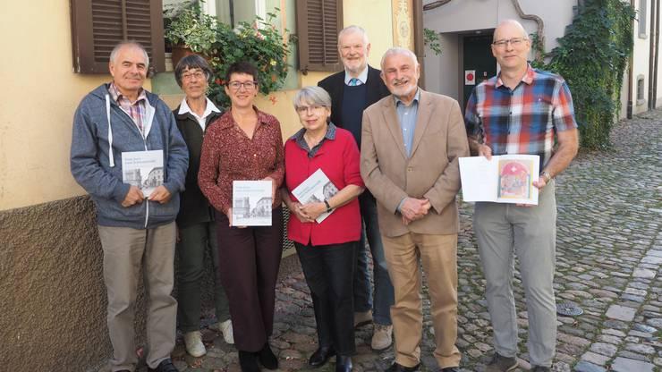 Freuen sich über die neue Ausgabe der Jahresschrift «Vom Jura zum Schwarzwald»: die Autoren und Redaktor Linus Hüsser (rechts).