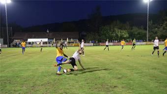 Der Schlieremer Rachid Dos Santos (links), hier gegen Urdorfs Davide De Luca, lancierte immer wieder gefährliche Angriffe.