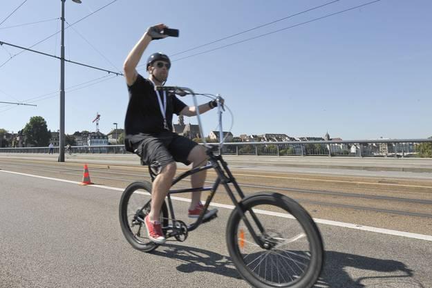 Das geht auch nur am SlowUp: Ein Teilnhemer filmt seine Fahrt über die Wettsteinbrücke.