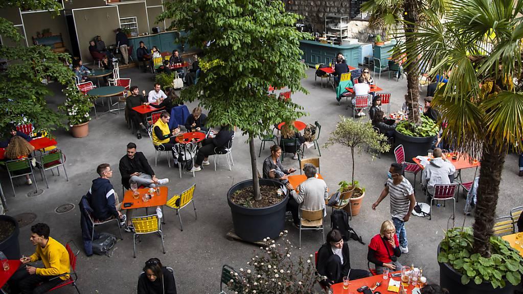 Auf Restaurant-Terrassen soll keine Maskenpflicht mehr gelten. Dies fordern die Kantone St.Gallen, Thurgau und beide Appenzell. (Symbolbild)