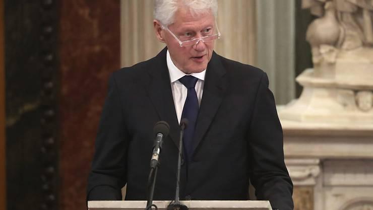 Der ehemalige US-Präsident Bill Clinton war erneut als Buchautor tätig - nach Sachbüchern ist es diesmal allerdings ein Roman. (Archivbild)
