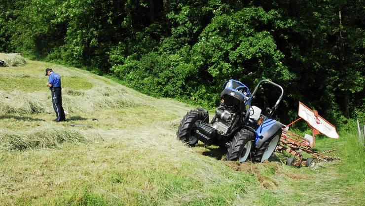 Der Traktor überschlug sich und kam am Ende des Hanges zu stehen