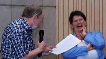 Die nach acht Jahren abtretende Lommiswiler Gemeindepräsidentin Erika Pfeiffer amüsiert sich über die unkonventionelle «Laudatio» ihres Kollegen Ueli Custer.