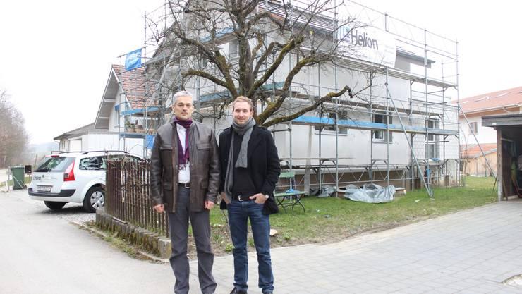 Hausbesitzer Kaspar Frei und Helion Solar Chef Noah Heynen vor dem Umbauobjekt in Nennigkofen