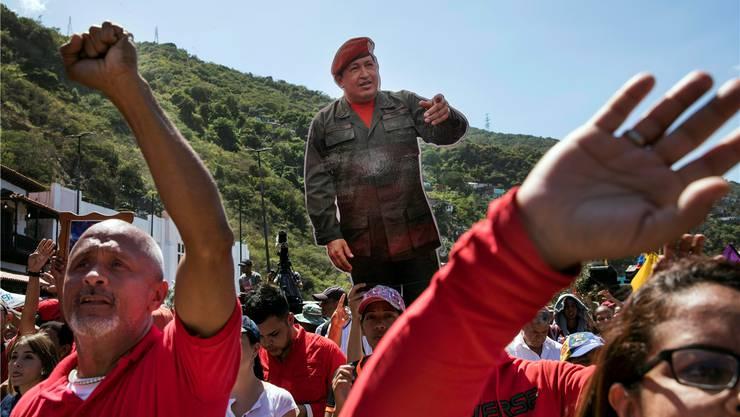 Der Protest weckt alte Geister: Regierungstreue Demonstranten halten an einer Pro-Maduro-Demo eine Hugo-Chavez-Puppe in die Höhe. Rodrigo Abd/Key
