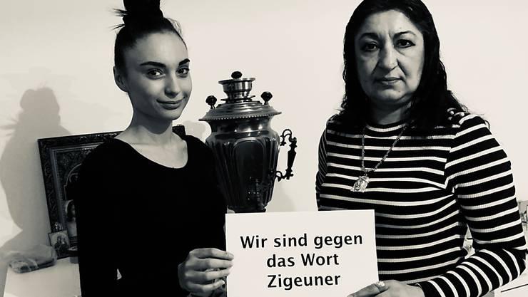 """Ein Bild der Foto-Aktion, mit der Schweizer Sinti und Roma klarstellen, dass der Begriff """"Zigeuner"""" nicht mehr benutzt werden soll."""