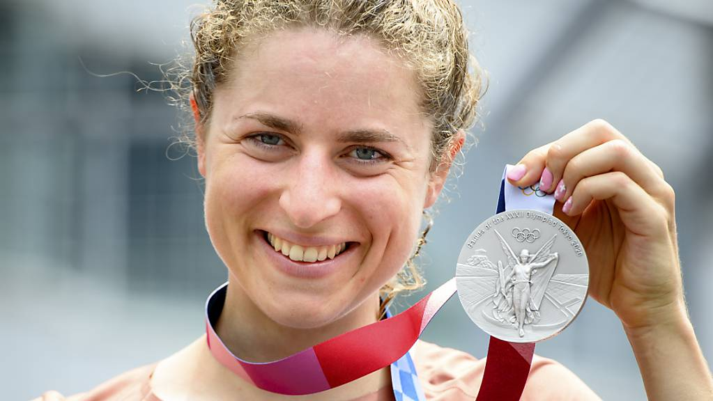 Marlen Reusser präsentiert stolz ihre im Zeitfahren gewonnene Silbermedaille