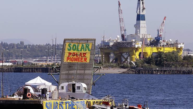 Greenpeace-Floss mit der Ölbohrinsel Polar Pioneer im Hintergrund: Der Energiekonzern Shell will den Mietvertrag für die Bohrinsel vorzeitig auflösen (Archiv).