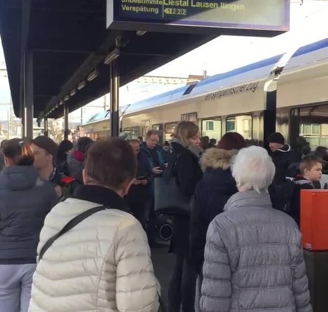 Es herrschte grosse Verwirrung: Die Passagiere mussten den Zug am Bahnhof Frenkendorf-Füllinsdorf ohne Vorwarnung verlassen.