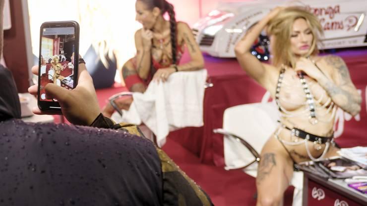 Ein besonderer Publikumsmagnet an der «Extasia» waren die Live-Cam-Girls gleich beim Eingang. Sie liessen sich beider Arbeit filmen.