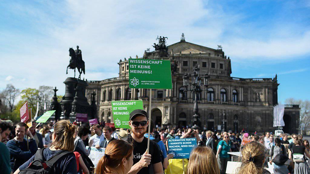 """Beim """"March for Science"""" sind am Samstag in vielen Teilen der Welt Tausende Menschen für die Freiheit der Forschung auf die Strasse gegangen. Sie traten zudem für die Anerkennung wissenschaftlicher Erkenntnisse ein. (Bild: Demonstration in Dresden)"""
