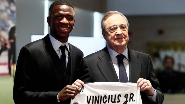 Vinicius Junior präsentiert stolz sein Dress von Real Madrid.
