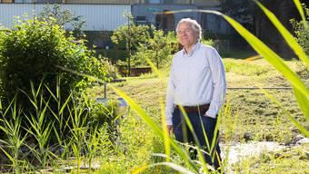 Stefan Allemann am Biotoph beim Schulhaus.