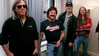 Michael Hossack (links) auf einer Aufnahme der Doobie Brothers aus dem Jahr 2000
