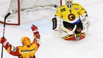 Bild mit Symbolcharakter: Der Puck liegt hinter dem geschlagenen Goalie Niklas Schlegel im Berner Gehäuse