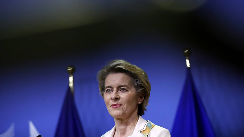 Ursula von der Leyen, die Präsidentin der Europäischen Kommission, spricht vor dem Treffen der EU-Kommission im Hauptsitz.