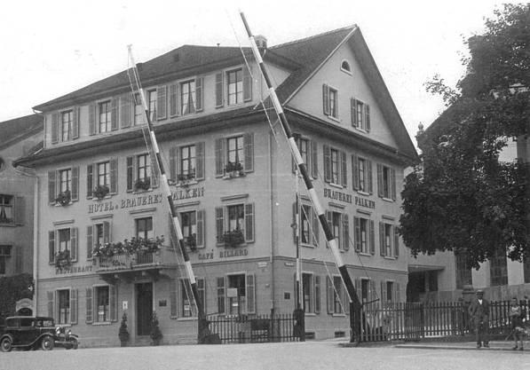 Das Brauerei-Gasthaus Falken gab der Barriere ihren Namen. Das Hotel musste schon 1957 weichen. Die 1850 erbaute Brauerei wurde erst 2004 durch den Neubau ersetzt, in dem sich heute das Bezirksgericht befindet.