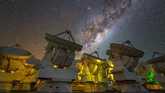 """Das Riesenteleskop """"Alma"""" in der Atacama-Wüste in Chile besteht aus 66 Präzisionsantennen. Durch Kombination von Beobachtungsdaten von Alma und dem Berner Instrument """"Rosina"""" von der Rosetta-Mission konnten Forschende die interstellare Reise von Phosphor nachzeichnen."""