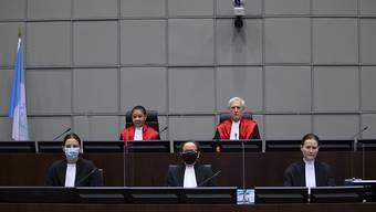 Der Vorsitzende Richter David Re (r) und Richterin Janet Nosworthy sitzen vor einer Sitzung des von den Vereinten Nationen unterstützten Libanon-Sondergerichts auf der Richterbank. Foto: Peter Dejong/AP/dpa