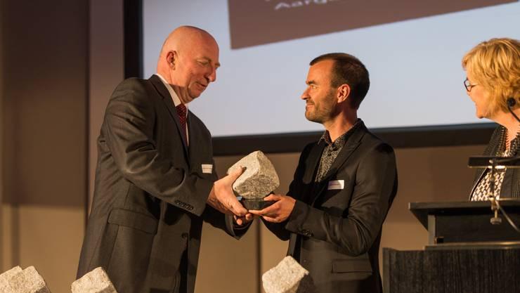 """Hans Schneeberger (Jury Präsident) übergibt den Preis in der Kategorie """"Print"""" an Christof Ramser. Medienpreis Aargau / Solothurn 2018 im Stadttheater Olten. (30. April 2018)"""