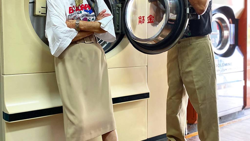 Grosseltern mit vergessener Kleidung aus Wäscherei zu Instagram-Ruhm