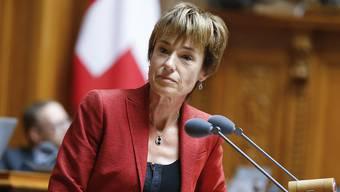 Die Aargauer Politikerinnen und Politiker sind sich nach der Rücktrittsankündigung der Aargauer CVP-Bundesrätin Doris Leuthard grösstenteils einig: die Nachfolge muss weiblich sein. CVP-Nationalrätin Ruth Humbel hat da konkretere Vorstellungen – sie fordert die FDP heraus. (1.8.2017)