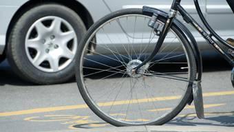 Auf der Velostrasse haben Zweiräder Vortritt gegenüber einbiegendem Verkehr. (Symbolbild)