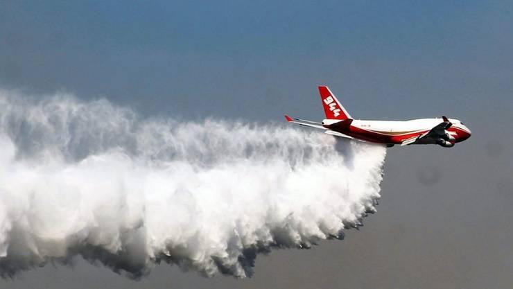 """Das weltweit grösste Löschflugzeug """"Supertanker"""" im Einsatz gegen die Waldbrände in Chile."""