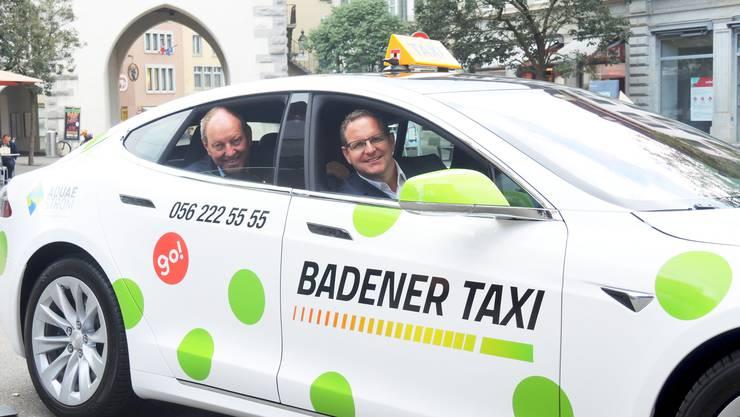 Roland Wunderli (hinten) im Tesla-Taxi: Er hofft, dass der Stadtrat um Philippe Ramseier (FDP, vorne) in der Innenstadt mehr Ladestationen für Elektroautos aufstellt.