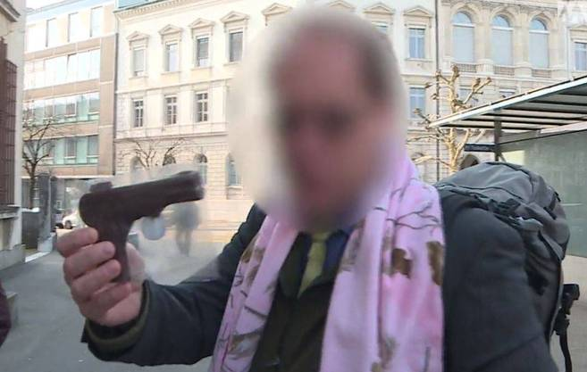Kuno W. mit einer Schoggi-Pistole.