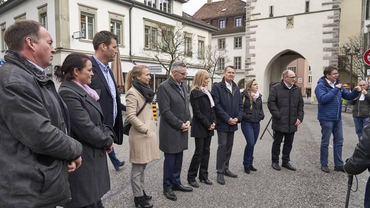 «SVP bi de Lüüt»: Die Aargauer Kandidatinnen und Kandidaten der Partei hören sich in Baden die Anliegen der Bevölkerung an.