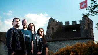 Gonoreas – hier vor der Habsburg – sind Gastgeber am Winter Rock Festival (von links): Leandro Pacheco (Gesang), Stefan Hösli (Schlageug), Pat Rafaniello (Bass) und Damir Eskic (Gitarre). zvg