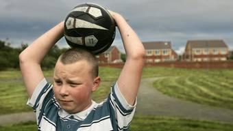 Fussball gibt der Liverpooler Jugend die Gelegenheit, aus der Lange  weile des Alltags auszubrechen.  Lefteris Pitarakis/AP/Keystone