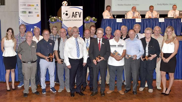 AFV-Präsident Hans Aemisegger und die AFV-Ehrenpräsidenten Willy Frey und Hansruedi Rohr mit den Ehrenmitglieder.
