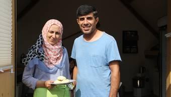 Die Asylbewerber Haifaa (36) und Jamal (39) Rajab aus Syrien sind seit dem Anfang fester Bestandteil des Bachstube-Teams in Effingen. Auf dem Teller präsentiert Haifaa frisch gebackene, englische Scones. CM