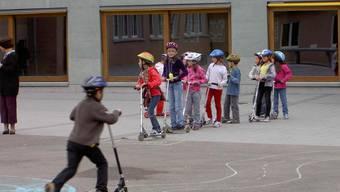 Schüler auf dem Pausenplatz.