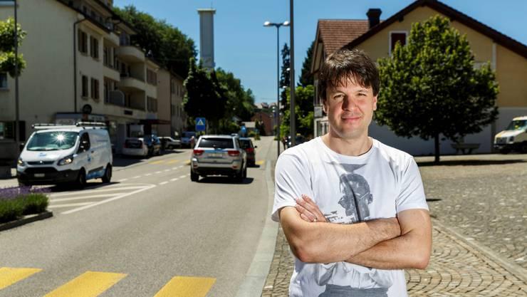 Michael Vescovi vor dem Strassenabschnitt in Zuchwil, den er gesperrt haben will.
