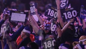 Neben den Präzisionskünstlern auf der Bühne stehen sie im Fokus: Die verkleideten Fans, die sich und den Dartssport lauthals feiern.