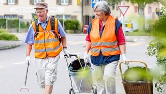 Das Urdorfer Sauber-Team: Zwei Mal pro Woche ziehen Charles (74) und Beatrice Rätz (78) los, um in ihrer Wohngemeinde die Strassen und Trottoirs von Abfall zu befreien. Sandra Ardizzone