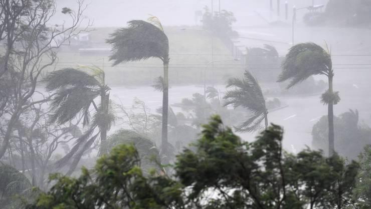 Mit Spitzengeschwindigkeiten von 270 Stundenkilometern hat der Wirbelsturm Debbie am Dienstag die australische Nordostküste erreicht.