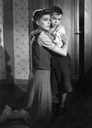 Brigitte (Petra Marin) entschliesst sich zur beschwerlichen Doppelrolle als Fabrikarbeiterin und Mutter.