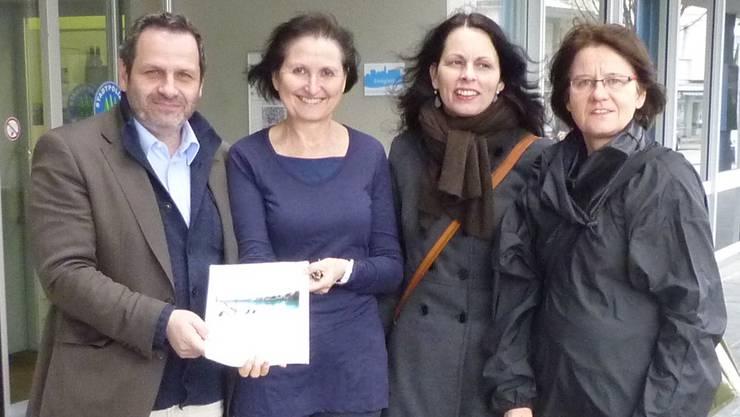 Von links SP-Fraktionschef Daniel Schneider, Erika Brunner (Stadtkanzlei Olten), Luzia Stocker Kantonsrätin und Trudy Küttel (Initiantin der Aaresteg-Initiative 2001) bei der Übergabe der Volksmotion.